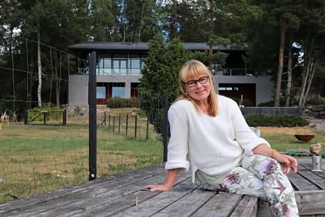 """Maija-Leena Tuomi tykkää käsillä tekemisestä, luonnosta, merestä, koirista, mökilläolosta. """"Tänään innostuin, kuin näin meidän kasvimaallamme valtavia kesäkurpitsoja. Kasvun ihme."""""""