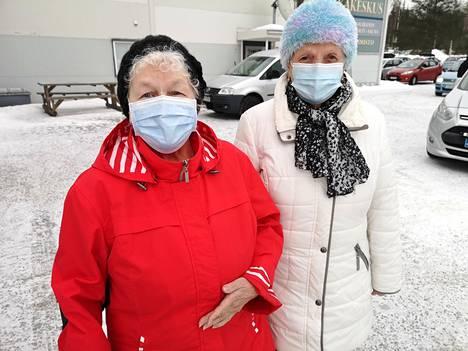 Siskokset Alli Ojala (vasemmalla) ja Anneli Kylväjä asuvat Puistokadulla ja he saapuivat koronarokotukseen Vinkkiin ensimmäisten joukossa tiistaiaamuna.