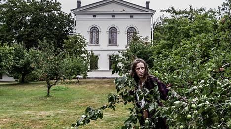 Jäähän merkityssä käytettiin videoita, jotka kuvattiin Pitkäniemessä ja Pitkäniemen vanhalla hautausmaalla Sarpatinharjulla. Esitys sekoittaa faktaa ja fiktiota