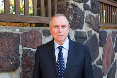 """Pekka Visurin teos """"Mannerheim ja Heinrichs"""" päättää hänen kuuden kirjansa sarjan, joka käsittelee Suomen sotavuosia 1939–45."""