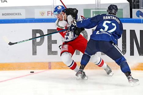 Otso Rantakari kamppaili kulmauksessa Lukas Sedlakin kanssa.