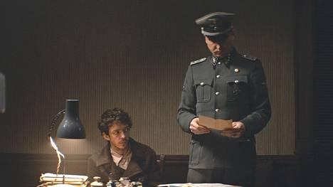 Nahuel Pérez Biscayart näyttelee elokuvassa juutalaismiestä, joka joutuu Lars Eidingerin esittämän kapteenin vallan alle.