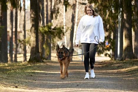 Topi the Dogin omistaja Nina Lindstedt korostaa, että Instagramiin mahtuu monenlaisia koiratilejä.