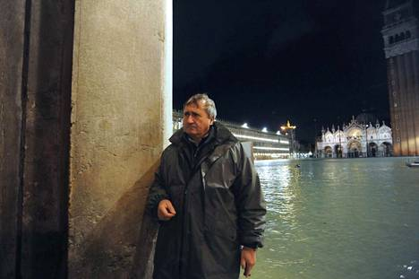 Venetsian pormestari Luigi Brugnaro seurasi tulvaveden nousua tiistai-iltana Pyhän Markuksen aukiolla.