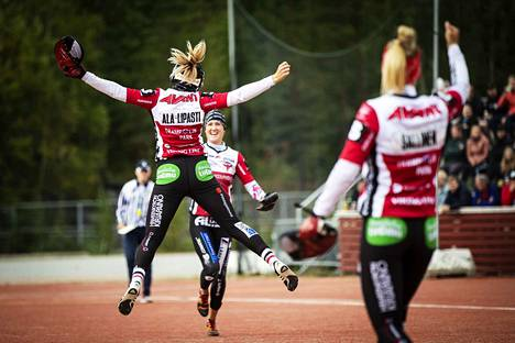 Manse PP:n Kirsi Ala-Lipasti oli tulessa ensimmäisessä puolivälieräottelussa Seinäjokea vastaan. Hän toi joukkueelleen neljä ja löi yhden juoksun.