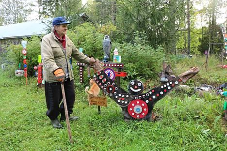 Pentti Siikilän käsistä irtoaa riemastuttavaa taidetta. Antautunut kuusen kantokin vaikuttaa suorastaan iloiselta nostaessaan kädet pystyyn.