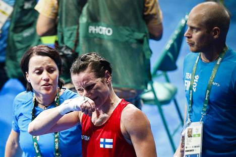 Mira Potkonen pettyneenä Rion kesäolympialaisissa 2016. Hän putosi kultamitalikamppailusta hävittyään kiinalaiselle vastustajalleen. Valmentaja Maarit Teuronen lohduttaa vieressä.