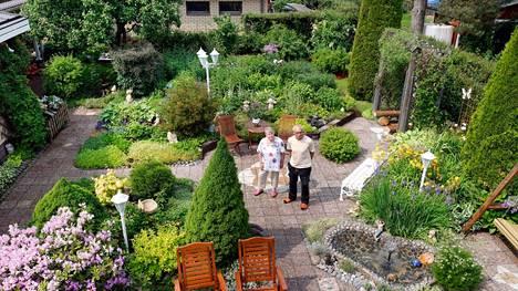 Kirsti ja Raimo Marmela kuvattuina puutarhassaan Kimarassa.