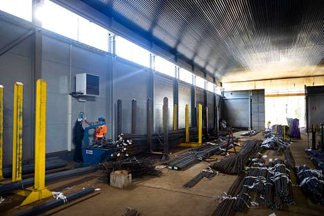 Tehdashallin huippuautomatisoidut monitoimikoneet leikkaavat ja taivuttavat harjaterästä rakentajien tarpeisiin. Ilmalämpöpumppu pitää hallin lämpimänä paukkupakkasillakin vaikka iso oviaukko on valtaosan ajasta auki.