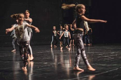 Billy Elliot -musikaalin koetansseissa näytti tältä. Matilda-musikaalin produktio on suunnilleen saman kokoinen.