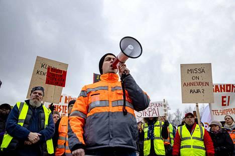 Postin työntekijä Filip Djordjevic (megafoniin puhuja) johti mielenosoitusta Postin pääkonttorin edustalla. Postin työntekijöiden mielenosoitus Postin työehtosopimuksen heikennyksiä vastaan.
