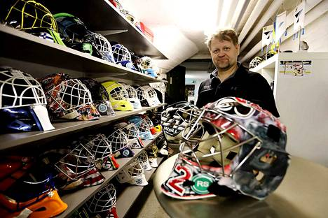 Maskinäyttely. Toimitusjohtaja Petri Karvinen esittelee monien kuuluisien maalivahtien käyttämiä Wall-maskeja, jotka ovat esillä yhtiön tuotantotiloissa Kihniössä.