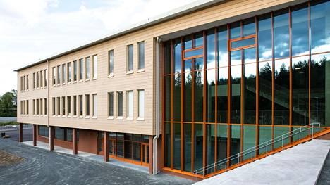Kanavan koulun runko on betonia, mutta julkisivu on rakennettu hirrestä. Puun ja maan sävyjä on tuotu myös sisäpuolelle. Koulurakennus valmistui jo keväällä, mutta pihaa rakennettiin pidempään.