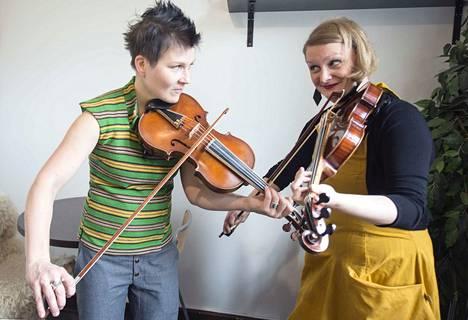Emilia Lajunen (vas.) ja Suvi Oskala muokkaavat vanhaa suomalaista ja pohjoismaista viuluperinnettä omannäköisekseen. Tänä vuonna he esittelevät taitojaan kansainvälisille konsertti- ja festivaalijärjestäjille Womex-messuilla.