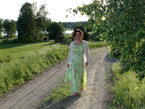 Laulaja Kati Huvi asuu Ritvalan maisemissa Valkeakoskella miehensä kanssa. Pariskunnalla on yhteensä viisi aikuista lasta.