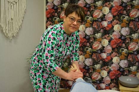Kosmetologi Merja-Leena Välineva pitää itseään ennen kaikkea käsityöläisenä. – Vahvuuksiani ovat jalka- ja kasvohoidot ja muu perustekeminen.