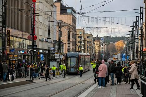 Tampereen Hämeenkadulla iloittiin, kun ratikka ajoi ensimmäisen kerran Hämeenkatua Pyynikintorille asti marraskuussa 2020. Nyt vuorossa on raitiotielinjan tarkentava yleissuunnittelu Ylöjärven suuntaan.
