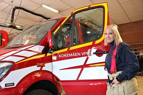 Eveliina Ekberg johtaa Kokemäen VPK:n nuoriso-osastoa nyt toista vuotta.  Palokunnassa ollaan ilahtuneita hänen naurustaan.