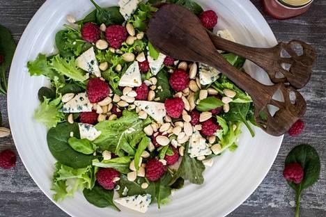 Astetta fiinimmässä salaatissa kohtaavat tuoreet vadelmat, sinihomejuusto ja paahdetut mantelit.