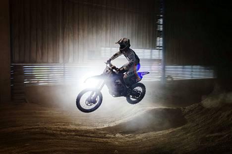 Jere Haavisto sai ensimmäisen moponsa kolmevuotiaana isältään syntymäpäivälahjaksi. Tänä vuonna parikymppinen nuori mies kiertää ajamassa lähes kaikissa motocrossin MM-sarjan Euroopan osakilpailuissa.
