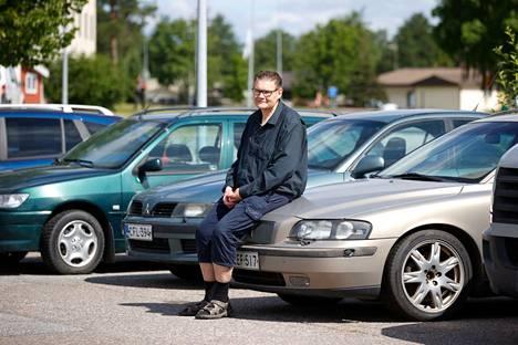 Petri Uusi-Kerttula on tehnyt autokauppaa neljännesvuosisadan. Hän on erikoistunut edullisemman hintaluokan autoihin. Nakkilalaisliikkeen pihalta löytyvät Volvo V70 hinnaltaan 2500 euroa, Mitsubishi Carisma 990 euroa ja Peugeot 306 990 euroa.
