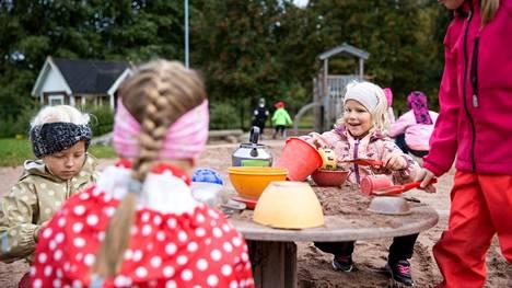 Kirjoittaja pitää sekä varhaiskasvatuksen henkilökunnan että lasten puolta. Kuluvan vuoden syyskuussa otetussa kuvassa on porilaisen Lemminkin päiväkodin lapsia.