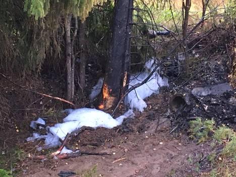Onnettomuusauto oli viety jo yön aikana pois. Torstaiaamuna traagisesta onnettomuudesta muistuttivat vain hiiltyneet puut ja sammutusvaahto.