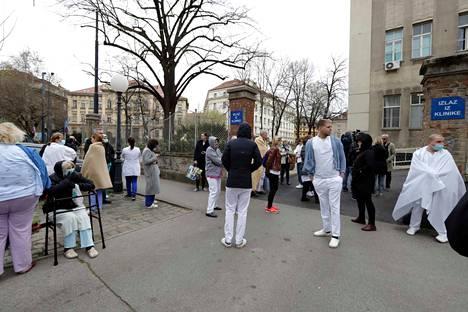 Ihmisiä pyydettiin pysyttelemään ulkona mahdollisten jälkijäristysten varalta, mutta pitämään etäisyyttä toisiinsa koronaviruksen takia.