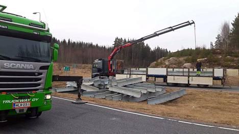 Sulkujen rakentaminen oli perjantaina käynnissä muun muassa Sammatin liittymässä Helsinki-Turku-moottoritiellä.