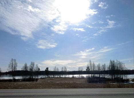 Melasjärvi ja K-raudan suora ohuen pilven läpi paistavan auringon valaisemana 15. maaliskuuta.