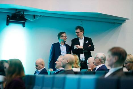 Iltalehden vastaavaa päätoimittajaa Perttu Kauppista (oikealla) pohdituttaa se, onko markkinaoikeus oikea taho määrittelemään, mikä on uutinen. Hän ja Helsingin sanomien päätoimittaja Antero Mukka kuvattiin vuonna 2018.