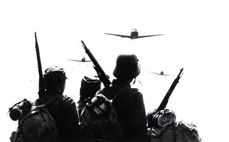 Klassikkoromaanista on tehty useampia elokuvaversioita. Vuonna 1985 ilmestyi Rauni Mollbergin ohjaama Tuntematon sotilas.