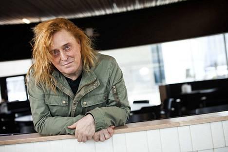 Tommi Läntisen punainen tukka sidotaan Selviytyjät-huivilla.