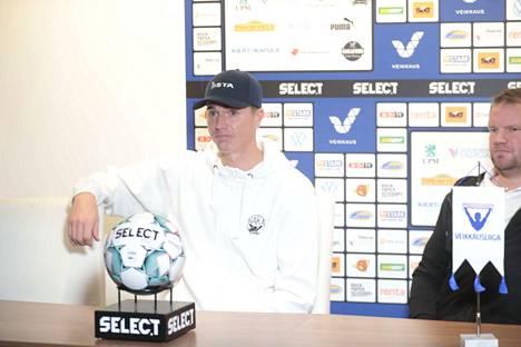 Mika Hilander liittyy Hakan riveihin, vieressä päävalmentaja Teemu Tainio.