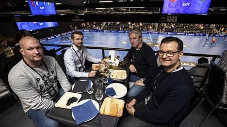 Jussi-Pekka Okero (vas.), Jaakko Ristaniemi, Jeremy Kurvinen ja Tommi Vuori seurasivat Classic–TPS-ottelua ravintolakatsomosta käsin.