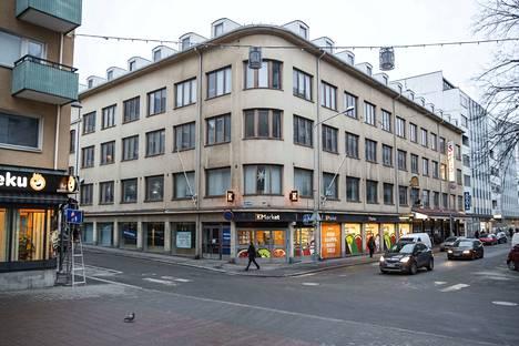 Tampereen opiskelija-asuntosäätiö haluaisi purkaa tämän omistamansa funkkistalon Tuomiokirkonkadun ja Verkatehtaankadun kulmassa ja rakentaa tilalle uuden. Tampereen kaupunki haluaa säilyttää talon arvokkaimmat osat, koska ne ovat rakennushistoriallisesti arvokkaita. Kiista on yhä kesken.