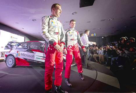Jari-Matti Latvala ja Miikka Anttila ovat olleet Toyotalla kaudesta 2017 lähtien. Kuva on kauden 2017 tiimin julkistamistilaisuudesta.