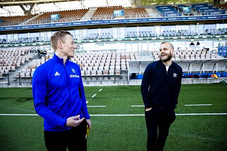 Englannin mestaruussarjassa Norwichin riveissä maaleja latonut Teemu Pukki piti tiedotustilaisuuden suomalaisille tiedotusvälineille Töölössä. Kentällä Pukki tapasi jalkapallokoulua vetäneen Mikael Forssellin.