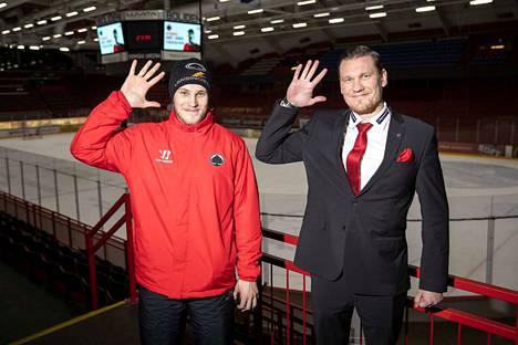 Jaakko Ruusunen (oik.) kuuluttaa lauantain HIFK-pelin. Kuva viime kaudelta, jolloin harjavaltalaislähtöiset Jouka Juhola ja Ruusunen esittelivät Harjavalta-moroksi nimettyä tervehdystä.