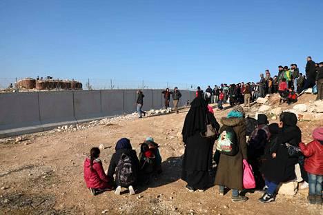 Syyrian hallituksen joukkojen hyökkäystä Idlibistä paenneet syyrialaiset kerääntyivät lähelle Turkin ja Syyrian välistä rajaa. Turkki on sulkenut rajan syyrialaisilta pakolaisilta.
