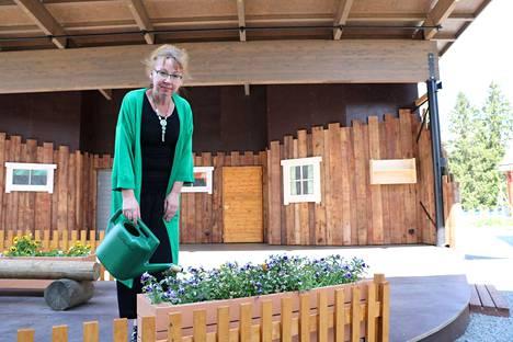 Karvian kunnanjohtaja Tarja Hosiasluoma oli mukana ideoimassa näytelmää, joka esitettiin Kulttuurikeskus Skantzin avajaisissa.