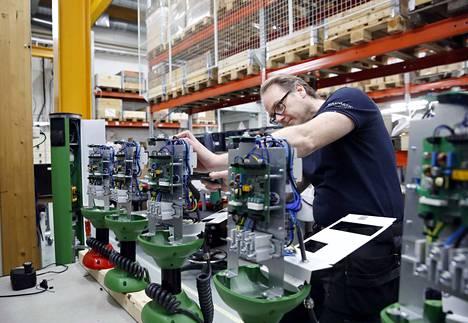 Miikka Lehtonen Satmaticista valmistaa 3,6 kilowatin latausasemaa Ulvilassa.