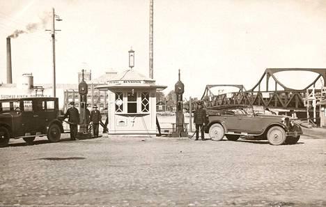 Lauri Lindroosilla on hallussaan mittava valokuva-arkisto Etelärannan huoltoaseman historiasta. Sen lisäksi hän on itse kaivanut arkistojen kätköistä roppakaupalla tietoja isoisänsä perustamasta asemasta. Oheinen valokuva on 1920-luvun mainoskuva, jossa esitellään Torkel Nordmanin suunnittelemaa bensiinikioskia moderneine polttoainemittareineen.