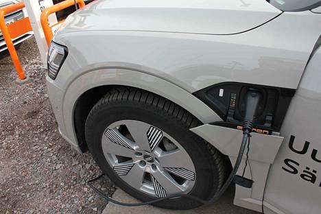 Audi e-tronin teho on 265 kilowattia, eli 360 hevosvoimaa. Hetkittäinen huipputeho on 300 kilowattia eli 402 hevosvoimaa. Vääntöä on 664 newtonmetriä. 11 kW:lla latausaika on noin 8,5 tuntia ja 22 kW:lla 4,5 tuntia.