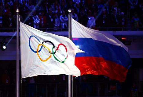 Olympialippu ja Venäjän lippu liehuivat Sotshin talviolympialaisten päättäjäisissä 2014.