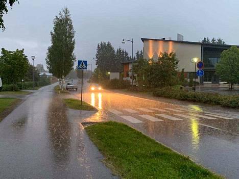 Vettä sataa rankasti Tampereen Muotialassa.