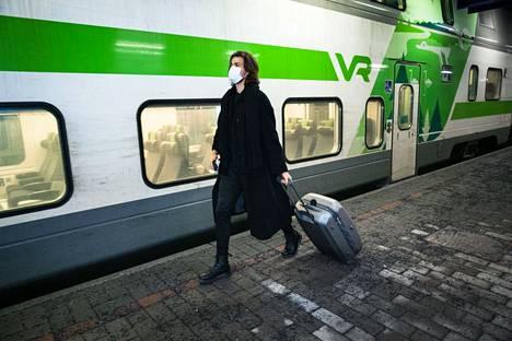 Junamatkustajia Tampereen rautatieasemalla. Kuvassa Kimmo Kilpi joulukuussa 2020.