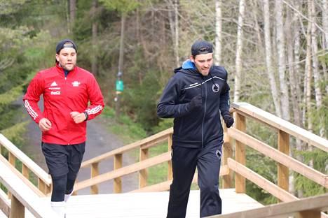 Iiro Vehmasen (edessä) peliura on ohi. Hän otti mallia takanaan juoksevasta ystävästään Sami Österlundista ja siirtyi valmennuspuolelle.