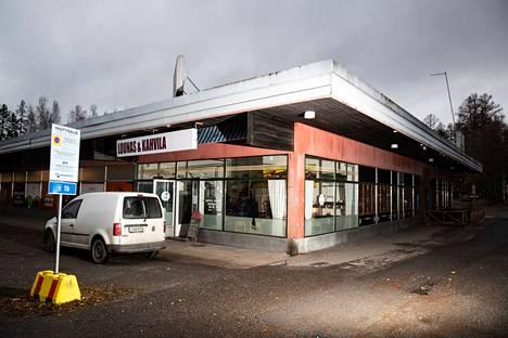 Lentävänniemen oma ostoskeskus on mielenkiintoinen paikka. Kapakoita on kaksittain, ruokakauppa ja myös hengen ravintoa.