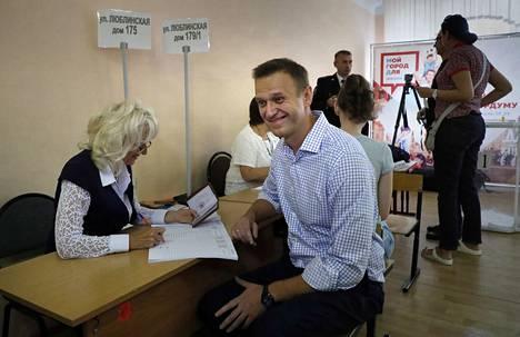 Oppositiojohtaja Alexei Navalnyi (oik.) äänesti sunnuntaina Moskovasas.